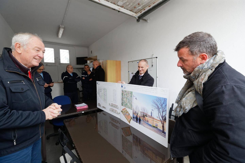 Le maire Georges Ferrero (à gauche) ravi devant les plans de la gendarmerie, dont la surface sera de 350 m2 et qui accueillera seize logements de fonction.