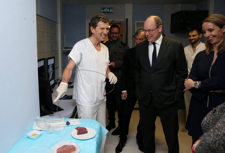 Le Dr Brunner a montré, sur un steak, l'intérêt de la cryothérapie dans la lutte contre le cancer.