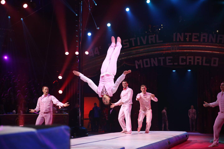 3e: Le mariage acrobatique de la troupe Efimov.