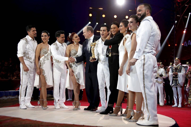 Originaire de Tunisie, la troupe Flying Tuniziani, est aujourd'hui composée d'artistes principalement sud-américains. Ces trapézistes qui s'élancent du sommet du chapiteau voltigent au-dessus de la piste, dans un numéro impressionnant de maîtrise, salué par un Clown d'or remis par le souverain et la princesse Stéphanie.