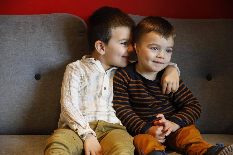 « Je t'aime », chuchote Manuel à son petit frère.