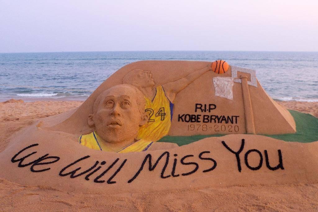 Une sculpture de sable de l'artiste indien Sudarsan Pattnaik, qui rend hommage à Kobe Bryant, sur la plage de Puri, en Inde, le 27 janvier 2020