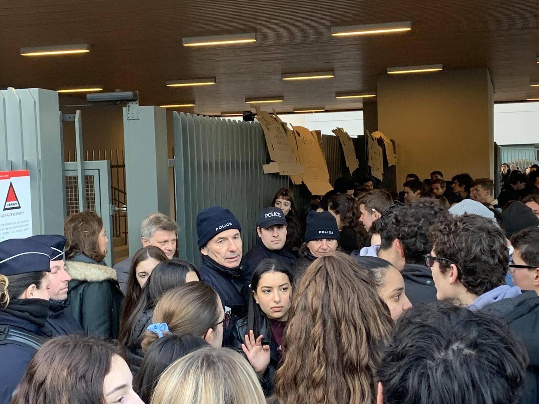 Deuxième jour de manifestation devant le lycée Renoir de Cagnes-sur-Mer ce mardi.