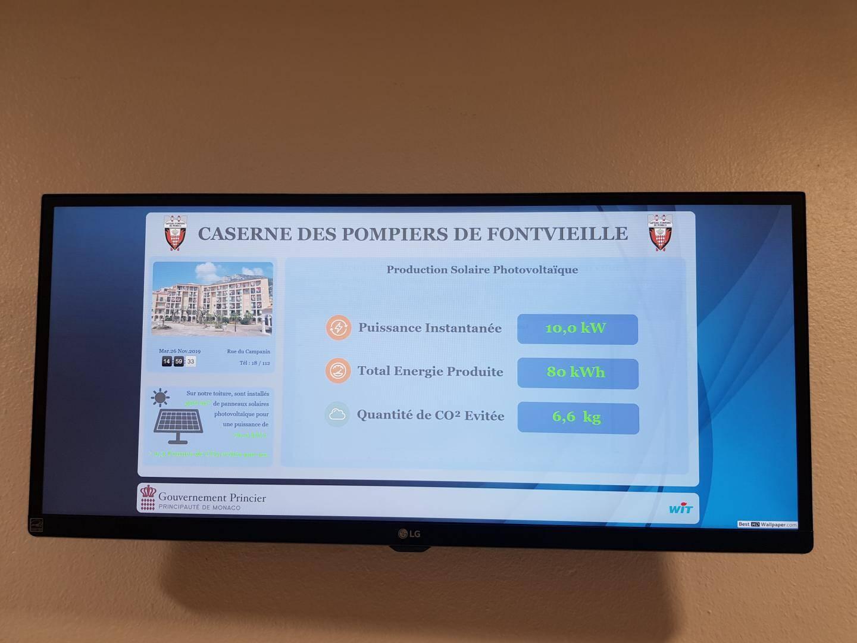Un écran permet de visualiser en temps réel la production et la consommation d'énergies du bâtiment.
