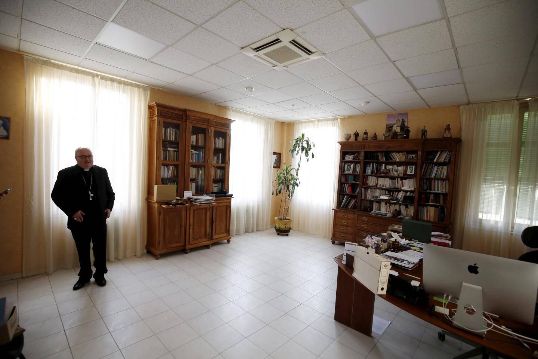 """9h20: """"Ne regardez pas trop le désordre; je suis en train de faire le tri dans mes affaires."""" Dans son bureau, Mgr Barsi traite les dossiers du diocèse. Mails, internet... L'ordinateur n'a pas de secret pour lui. """"Je commence la journée par lire Monaco-Matin. Je remarque que les jeunes ne lisent plus le journal. C'est un vrai problème."""""""