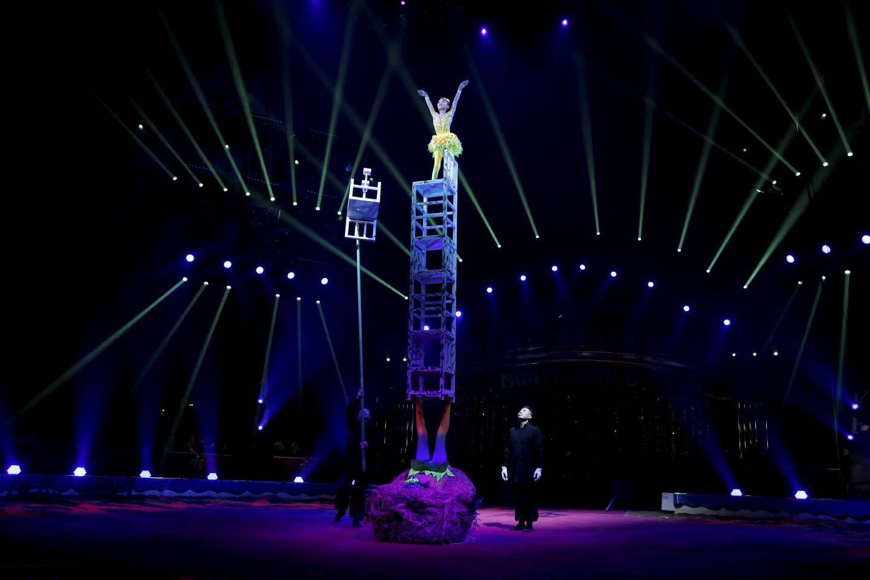Tandis qu'une soutient avec sa voûte plantaire une pyramide de chaises, l'autre escalade ce mât de cocagne fragile : Junior d'or pour la troupe d'Anhui.