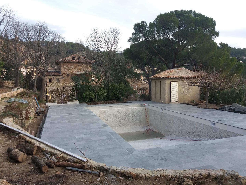 Une des deux piscines, en voie de finition.