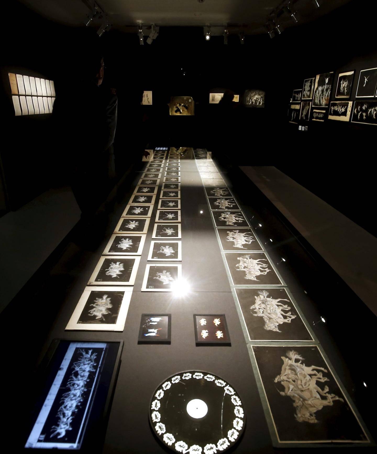 Pour chaque décor d'opéra, Eugène Frey créait des dizaines de planches en verre avec des décors rétroprojetés, ensuite, grâce à la lumière.