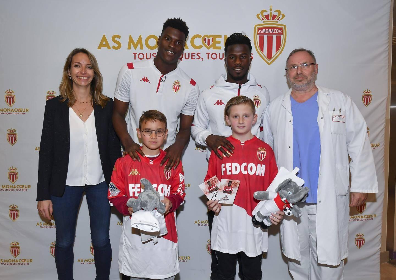 En plus des joueurs, les enfants étaient accompagnés de Benoîte de Sevelinges (à gauche), directrice du Centre Hospitalier Princesse-Grace.