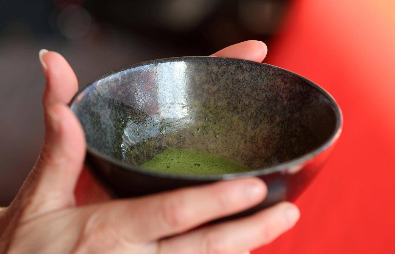 La boisson obtenue n'est pas une infusion, mais une suspension car la poudre de feuilles de thé reste dans l'eau.