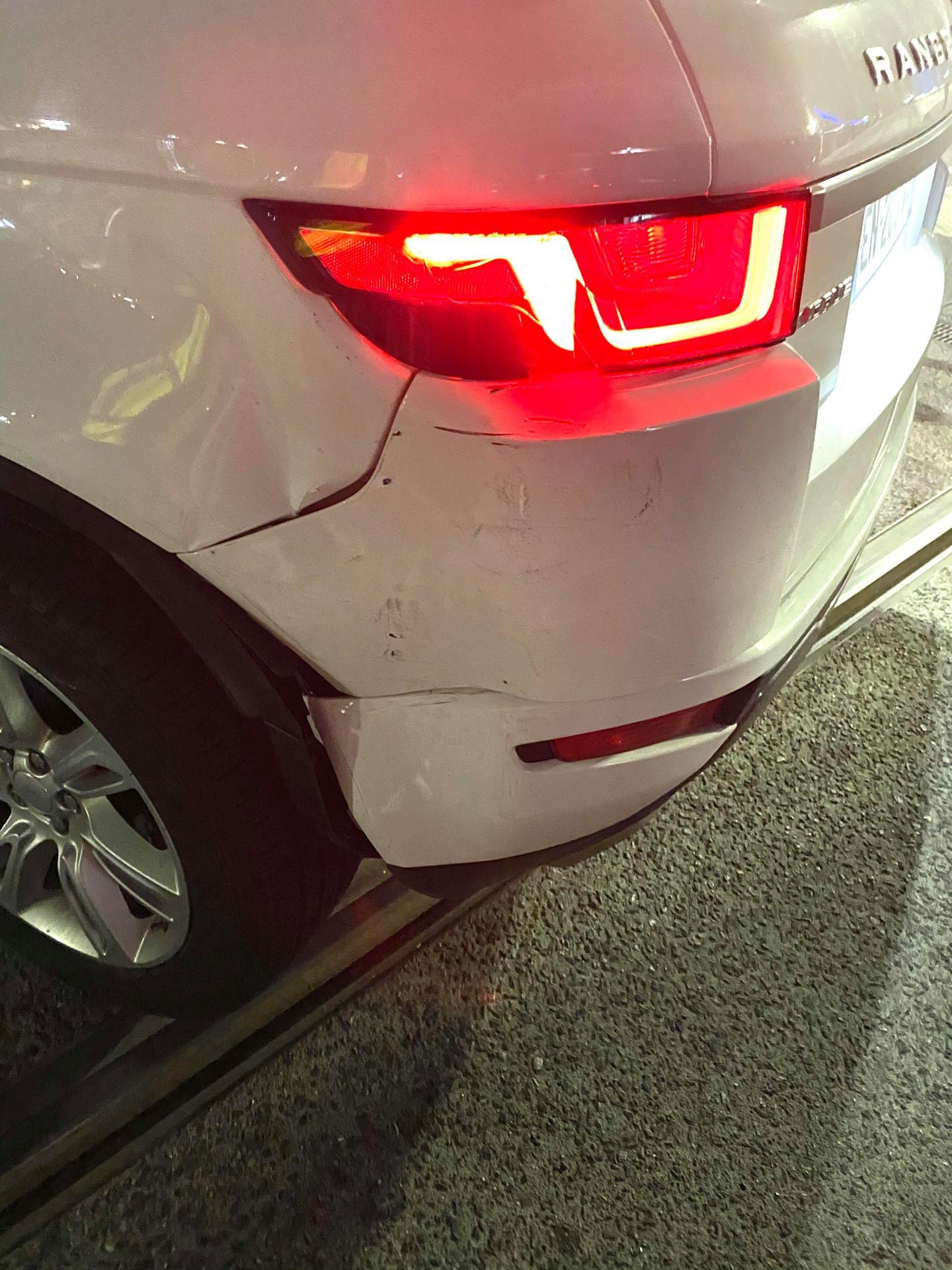 Le  SUV a eu le pare-choc arrière enfoncé.