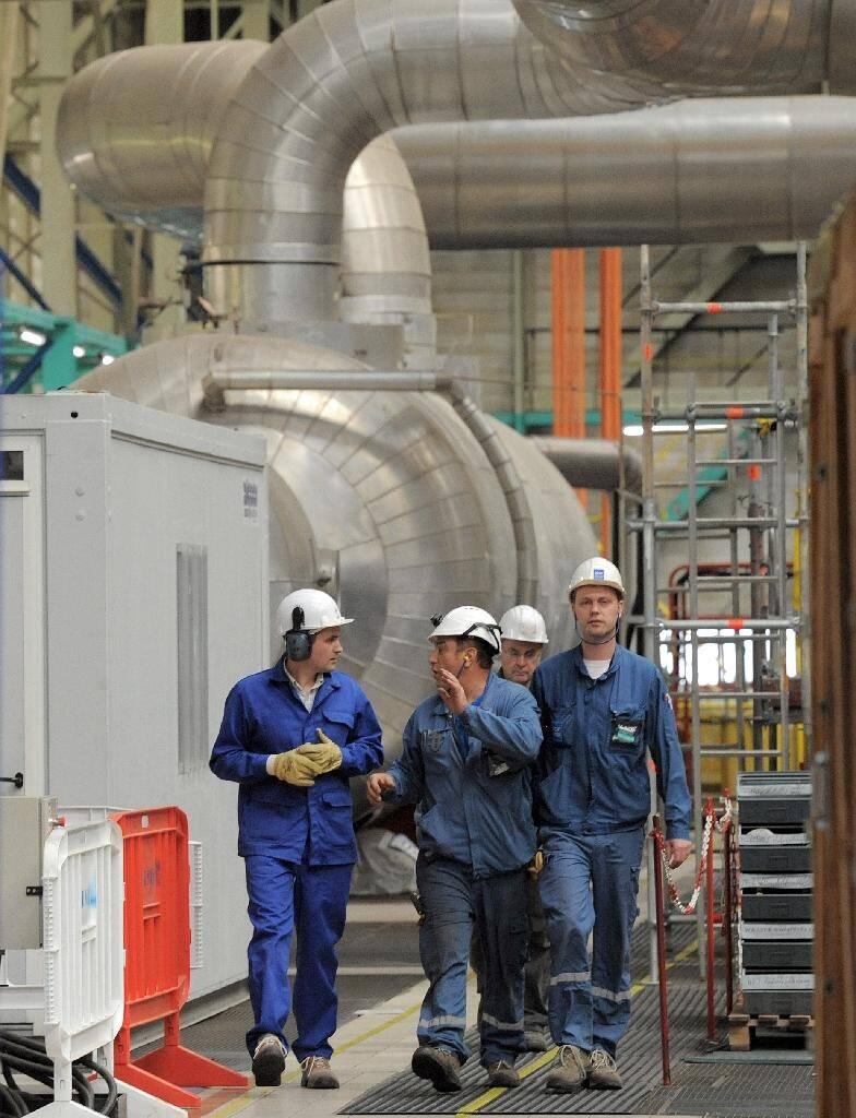 Des employés de la centrale nucléaire de Fessenheim (Haut-Rhin) discutent dans un des bâtiments de l'installation, le 29 avril 2011