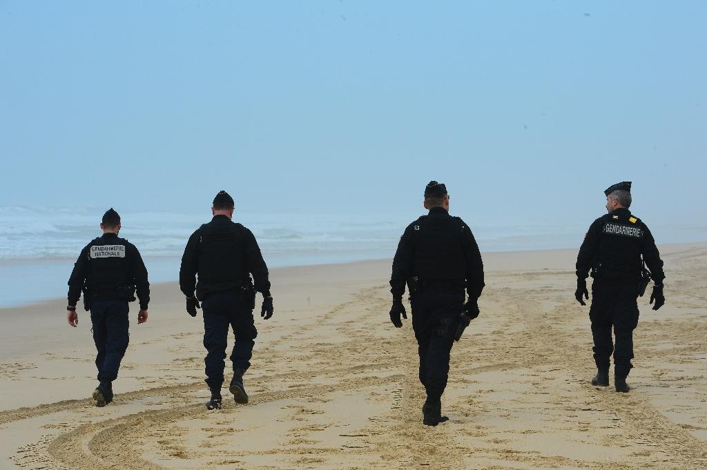 Des gendarmes patrouillent sur la plage du Grand Crohot près de Lège-Cap-Ferret (Gironde) le 19 mars 2020