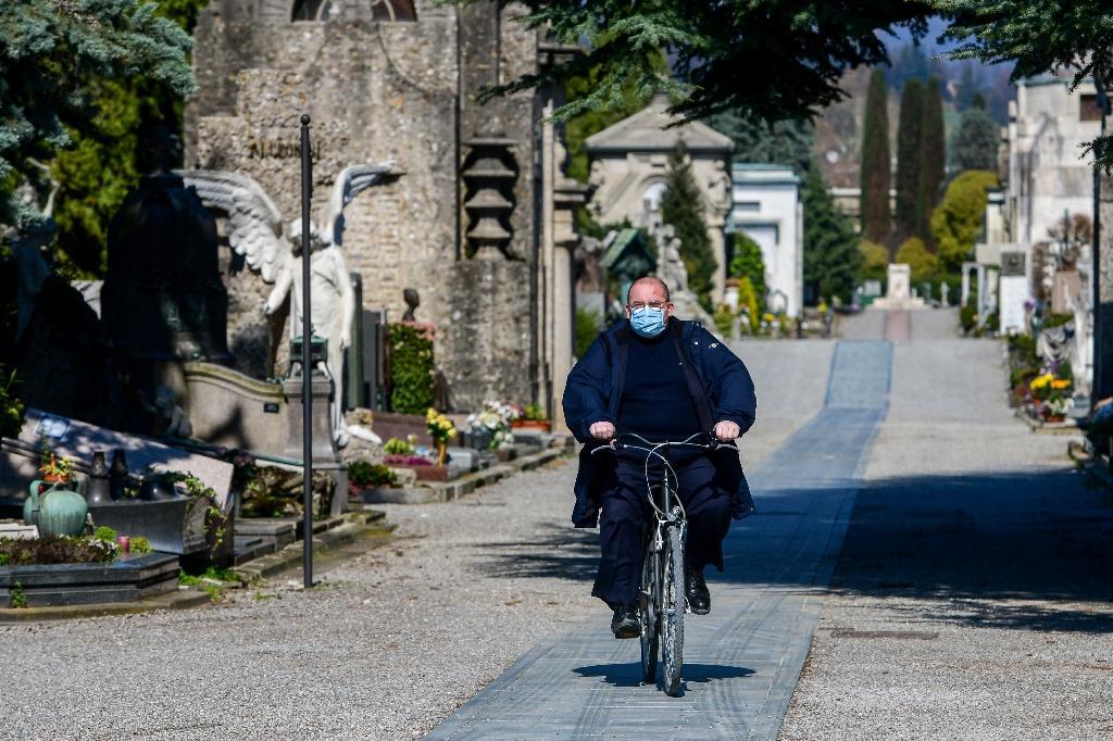 Un employé du cimetière Monumental de Bergame, en Lombardie, dans le nord de l'Italie, le 16 mars 2020