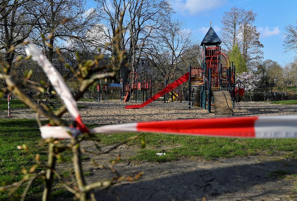 Une aire de jeux fermée, dans un parc de Namur (Belgique), le 18 mars 2020