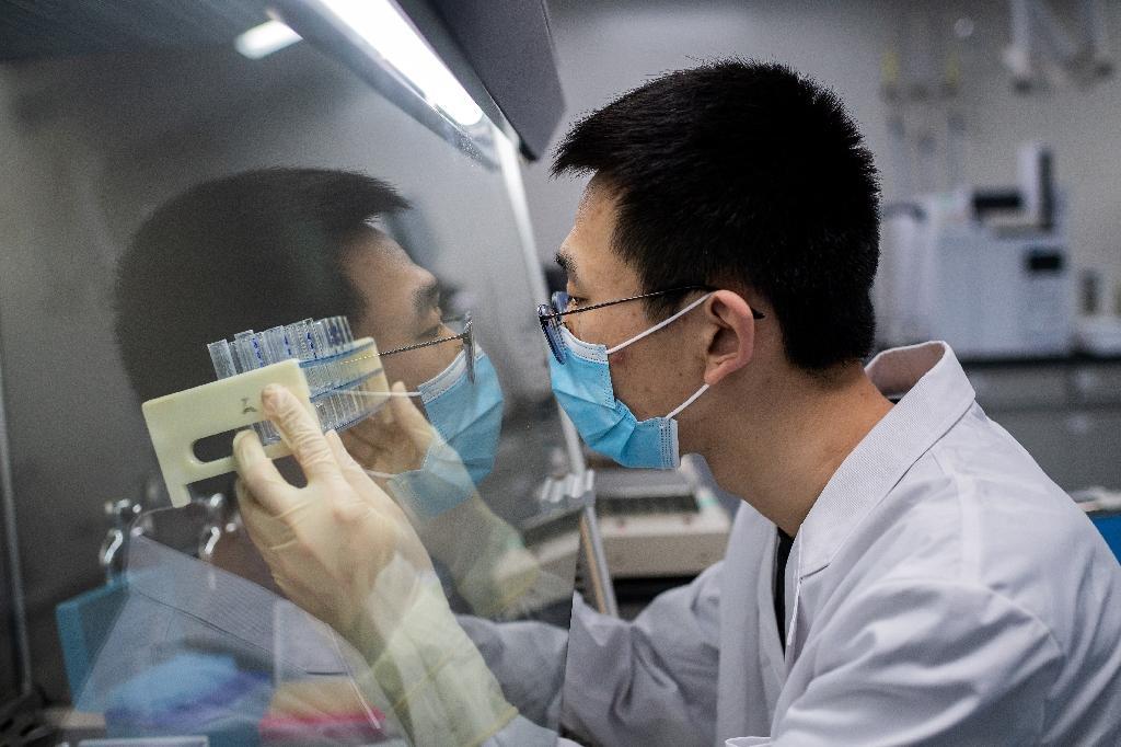 Un chercheur travaille sur un vaccin expérimental contre le nouveau coronavirus dans un laboratoire de contrôle qualité de Sinovac Biotech, à Pékin le 29 avril 2020