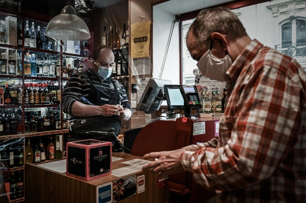 Un commerçant vend des bouteilles de vin à un client, le 22 avril 2020 à Paris, au 37e jour du confinement