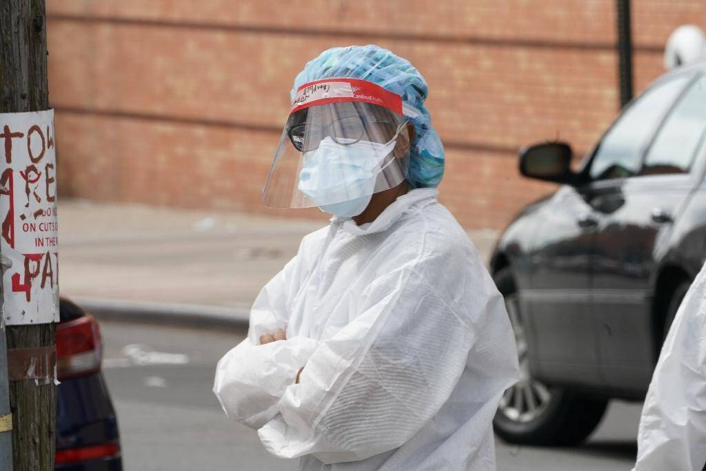 Un membre du personnel soignant prend une pause, le 4 avril 2020 devant l'hôpital Wyckoff de Brooklyn à New York