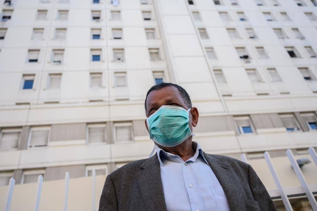 Un passant avec un masque à Marseille, le 6 avril 2020