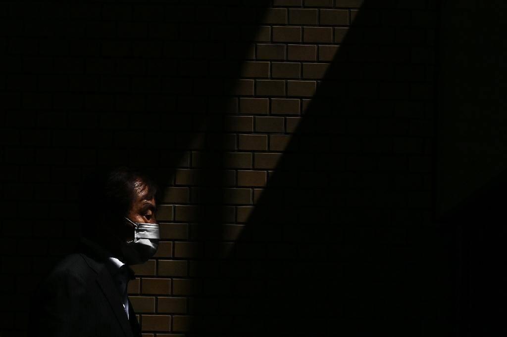 Un homme portant un masque chirurgical, le 10 avril 2020 à Tokyo