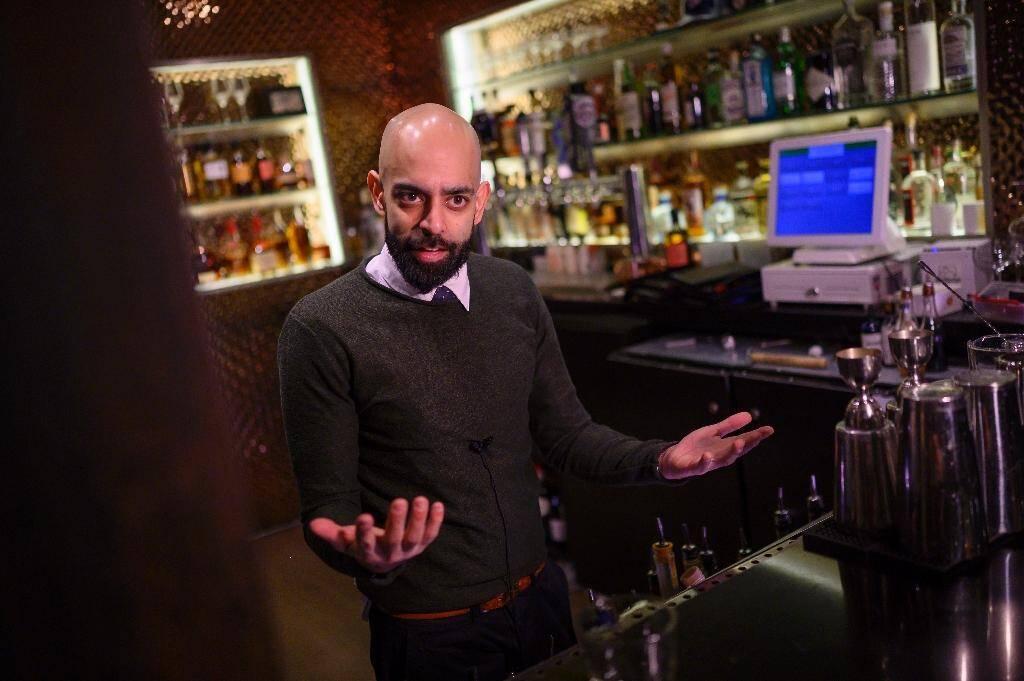 """Rohit Malhotra, manager du bar """"speakeasy"""" le Capo, qui a créé un cocktail en l'honneur d'Anthony Fauci, à Washington, le 14 janvier 2020"""