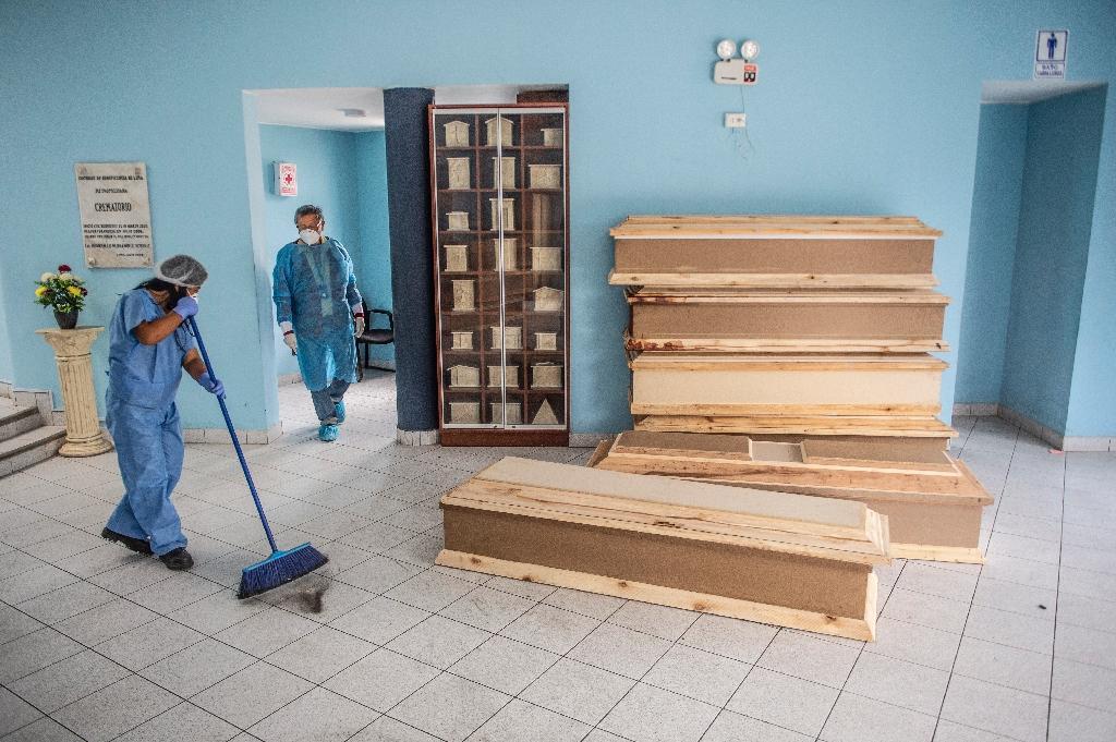 Des cercueils sont prêts pour des victimes du Covid-19 au cimetière El Angel à Lima, le 21 mai 2020