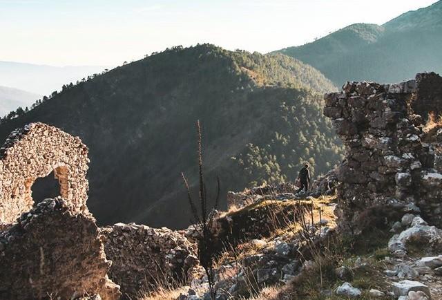 Les ruines de Rocca Sparvièra.