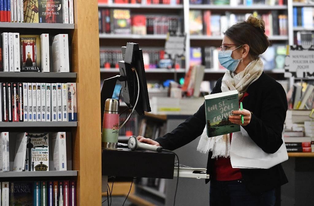 Une vendeuse dans une librairie à Brest, le 11 mai 2020.