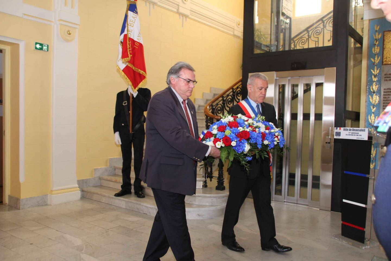 Le maire de Beausoleil a procédé à la lecture du message du président de la République, suivie du dépôt de gerbe au monument aux Morts, accompagné de Marc Terrosi.