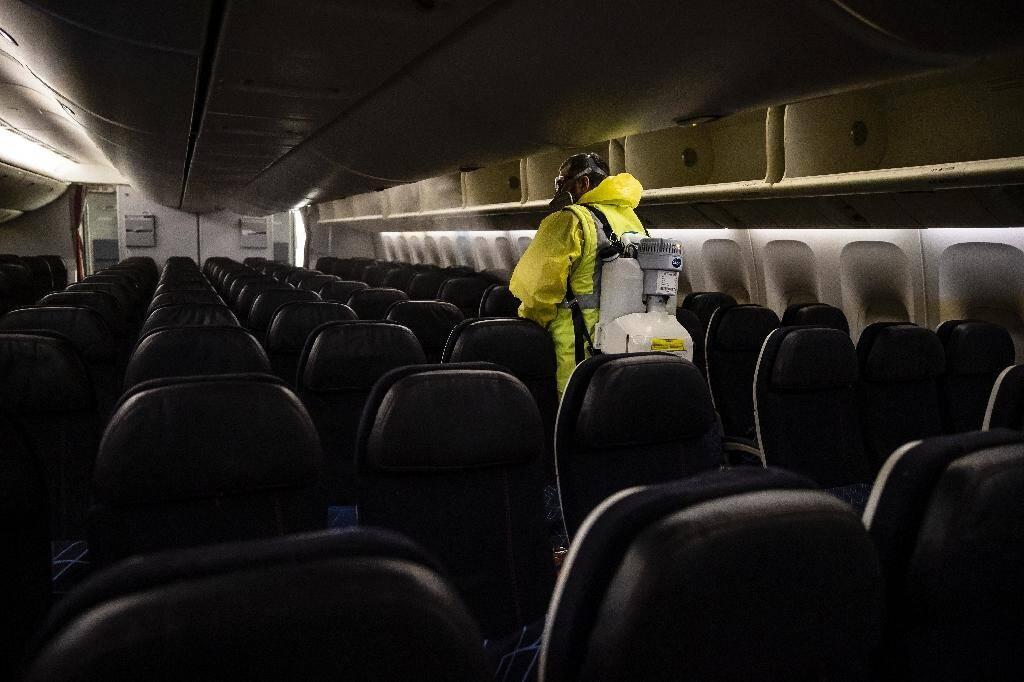 Désinfection des cabines passagers d'un avion de la compagnie Air France, le 14 mai 2020 à l'aéroport Roissy-Charles-de-Gaulle