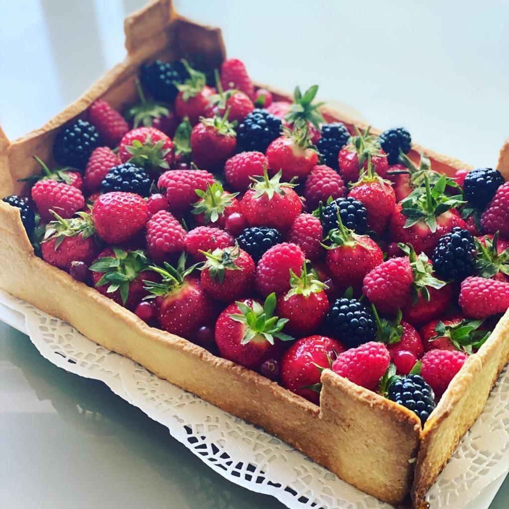 Sandra a réalisé ce gâteau en forme de cagette de fruits et l'a fait livrer à ses grands-parents, à Menton.