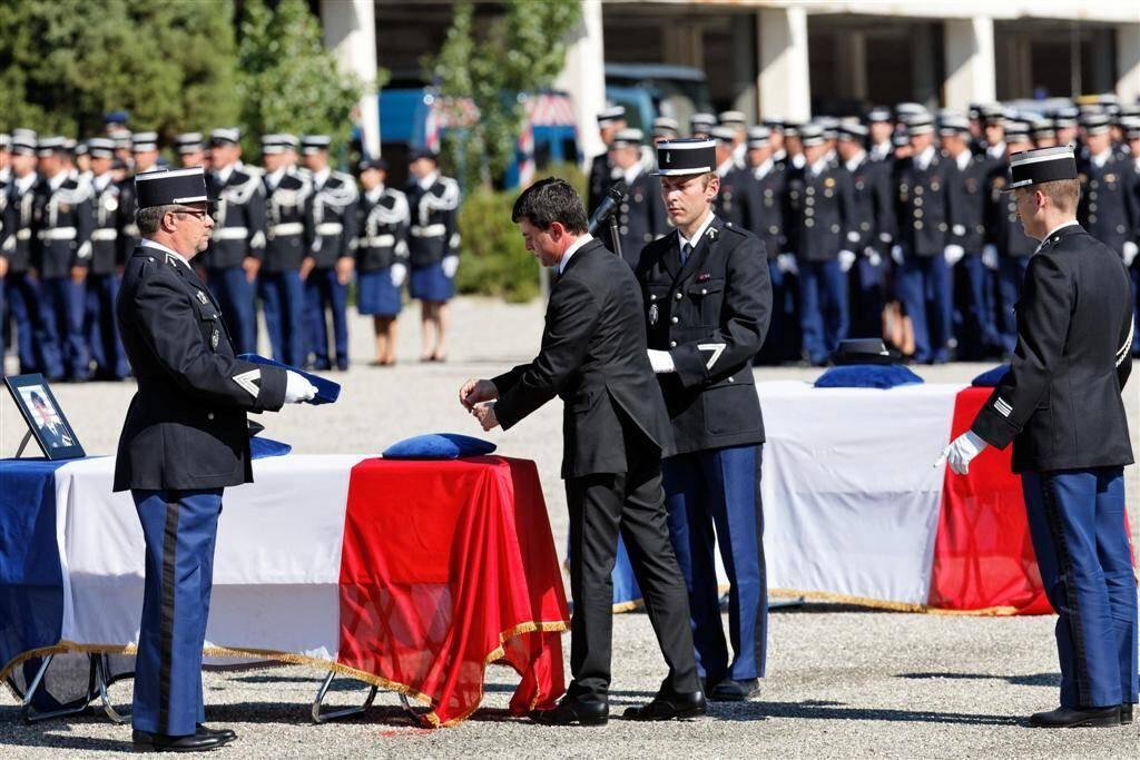 L'hommage de la nation aux deux gendarmes a été rendu place d'Armes de la caserne de gendarmerie du Golf-Hôtel, à Hyères.