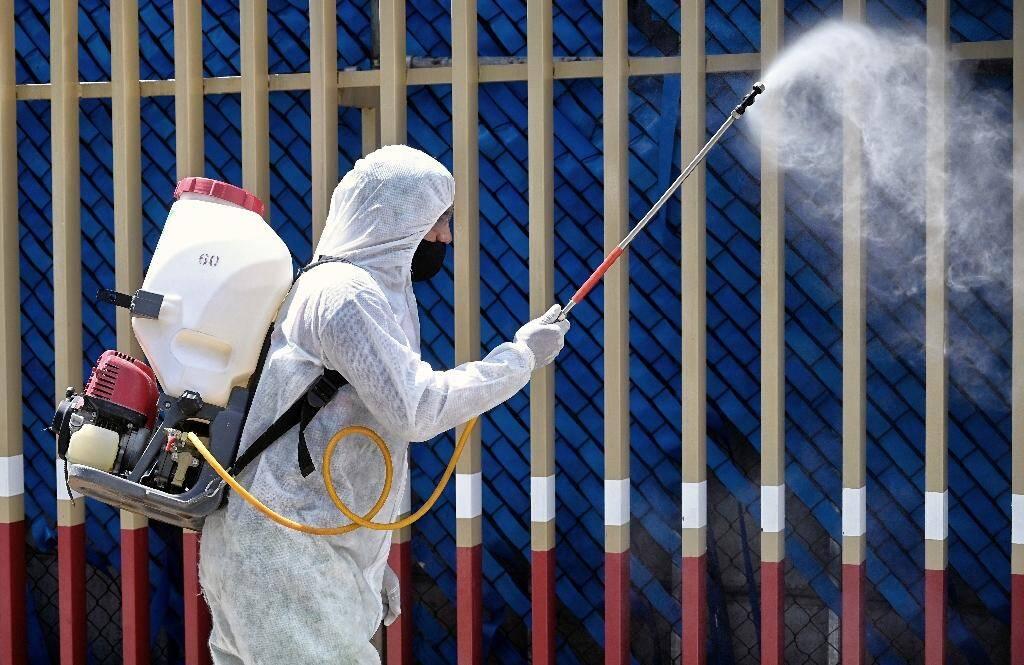 Désinfection d'une aire de triage d'un hôpital de Mexico, le 12 juin 2020