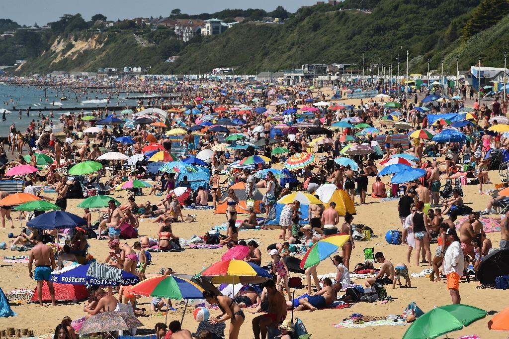 La plage de Bournemouth au sud de l'Angleterre bondée le 25 juin 2020