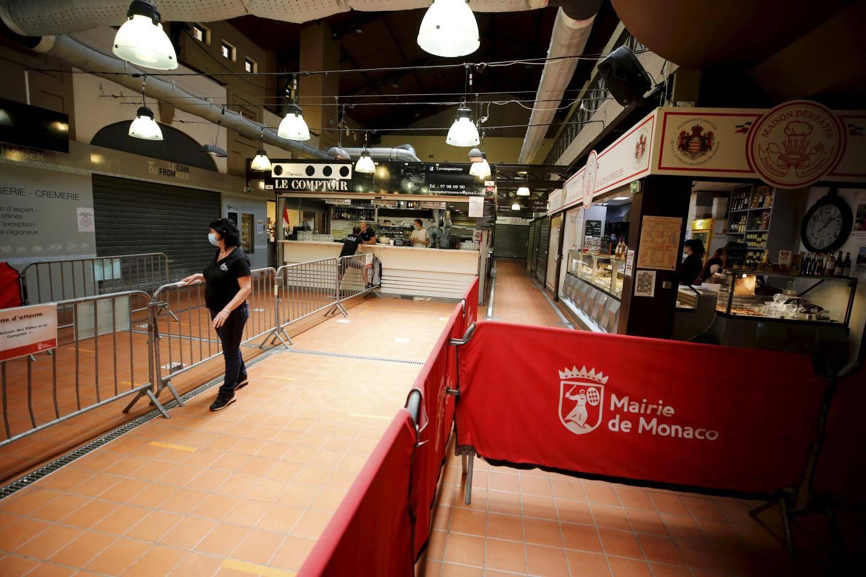 À 13 heures ce mardi, les halles du marché de la Condamine sont étrangement vides.