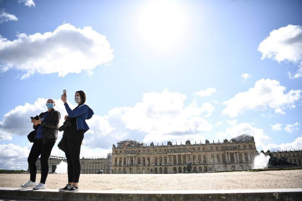 Des visiteurs dans les jardins du château de Versailles, le 6 juin 2020