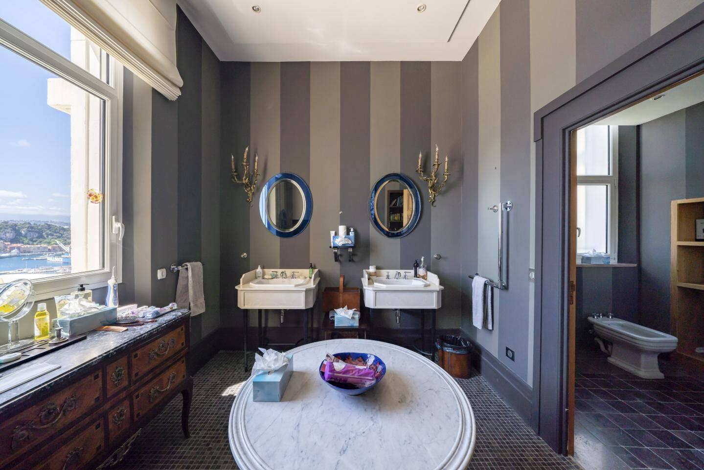 Une salle de bains.