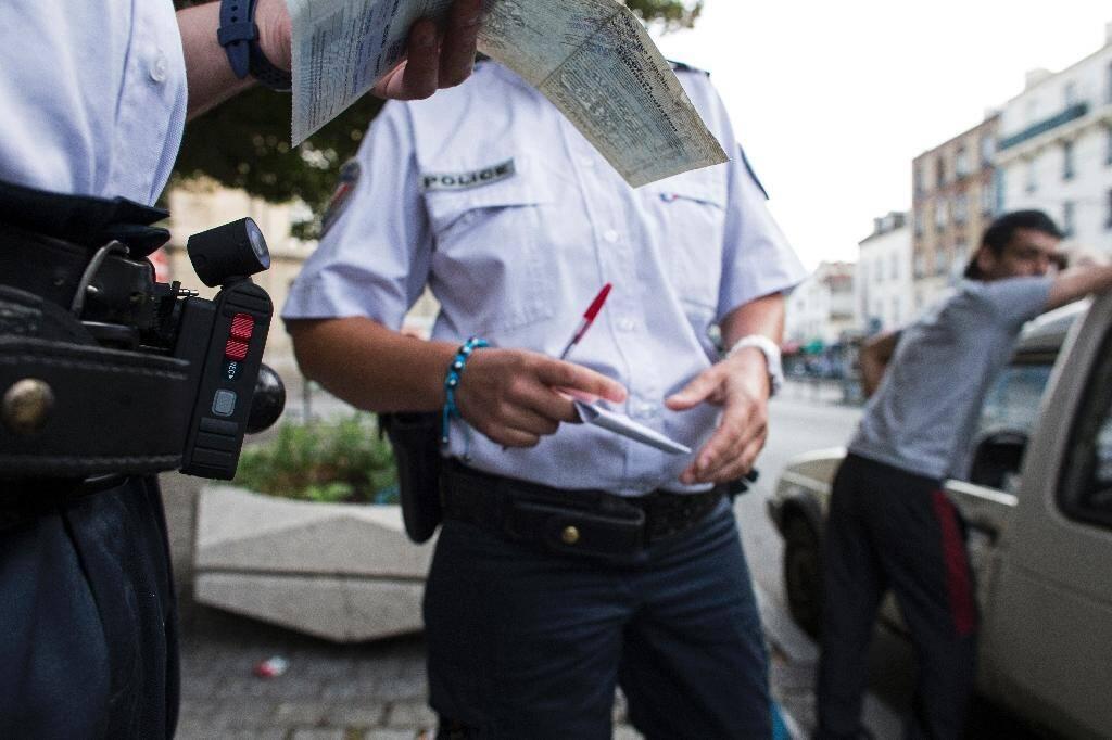 """Affaire Chouviat: le livreur a répété """"j'étouffe"""" aux policiers"""