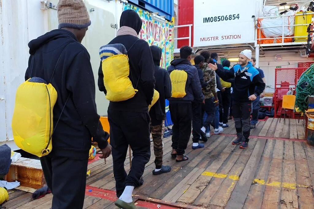 Capture d'image d'une vidéo diffusée par Médecins sans Frontières (MSF) le 29 janvier 2020 de migrants débarquant du navire Ocean Viking à Tarente, en Italie
