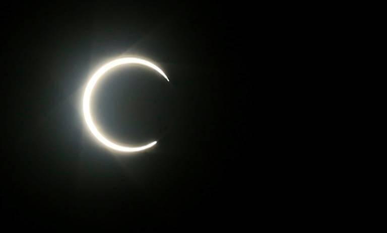 La Lune cache partiellement le Soleil, lors d'une éclipse annulaire, au moment du solstice d'été, observée le 21 juin 2020 à Sanaa, la capitale du Yémen.