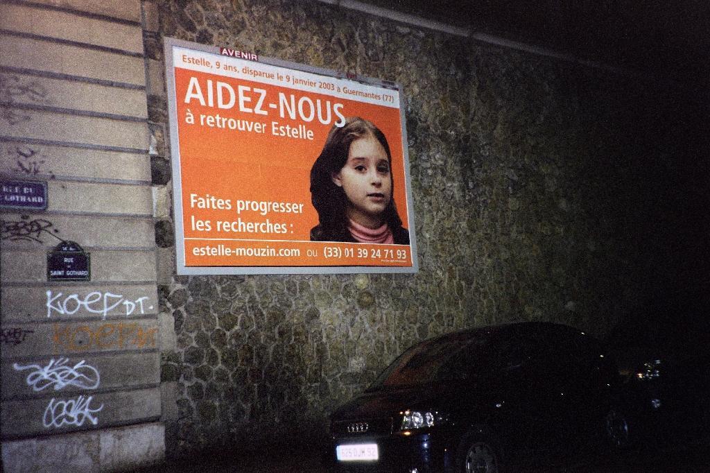 Une affiche avec la photo d'Estelle Mouzin, disparue en janvier 2003, à Paris le 15 mars 2003