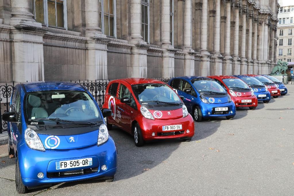 Des voitures élecriques en libre service à Paris, le 29 novembre 2018