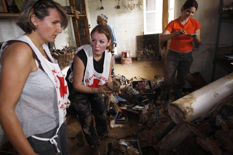 La croix rouge vient en aide aux sinistrés à St-Hermentaire, l'un des quartiers les plus touchés de Draguignan.