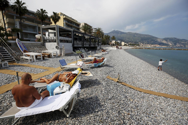 Peu de monde sur les transats, hier à Roquebrune-Cap-Martin.