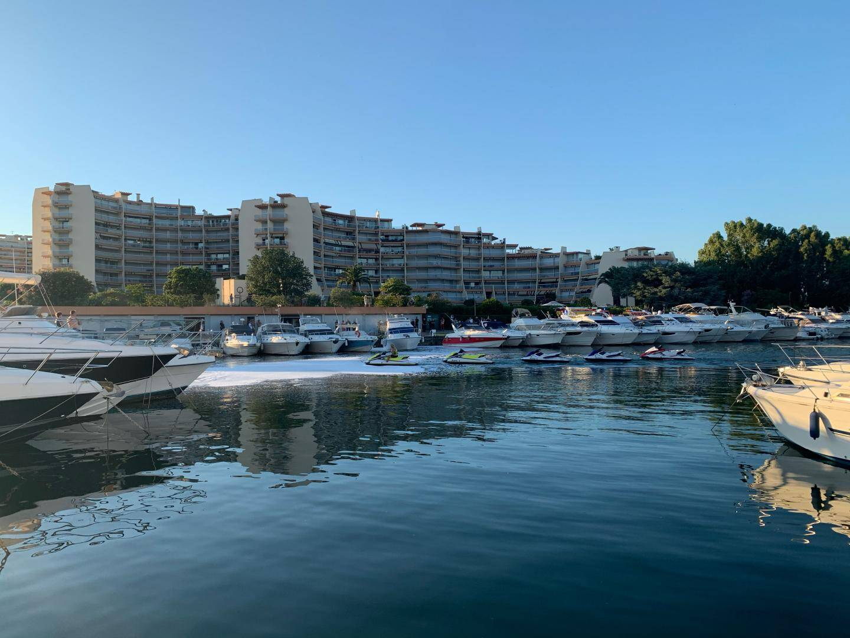 Le produit utilisé pour éteindre l'incendie flotte dans le port de Cannes-Marina.