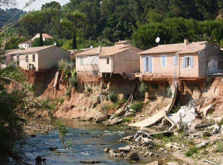 Les maisons situées au bord de la Nartuby ont été vouées à la destruction.