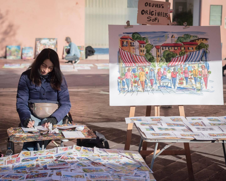 """Sofi est peintre, elle s'est installée sur Saleya et son sujet ce sont """"les gens qui font leur marché""""."""