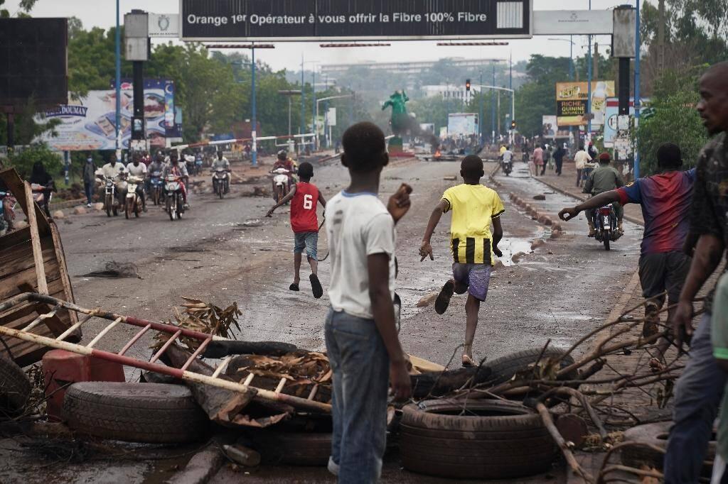 Des manifestants s'enfuient à l'arrivée de la police malienne, à Bamako, le 11 juillet 2020
