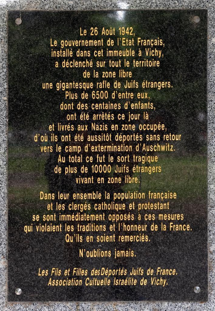 """Une plaque rappelant que """"le 26 août 1942, le gouvernement de l'Etat français, installé dans cet immeuble à Vichy, a déclenché sur tout le territoire de la zone libre une gigantesque rafle de juifs étrangers"""", le 11 juin 2020 à Vichy"""