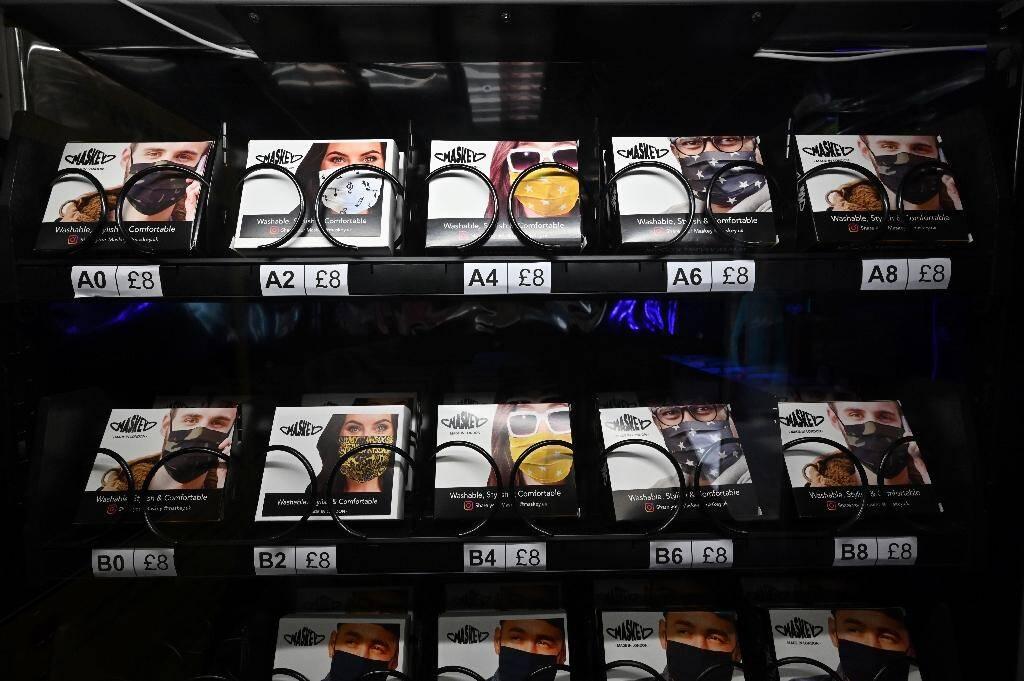 Des masques vendus en distributeur à Carnaby Street, à Londres le 23 juillet 2020
